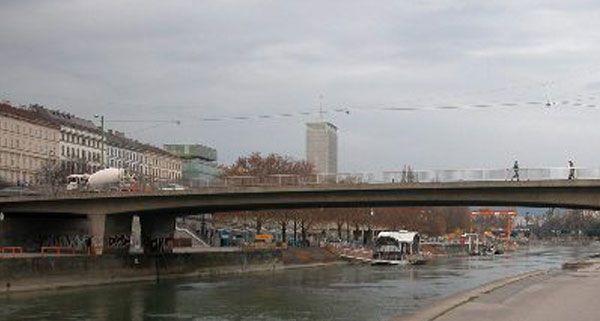 Gerade noch rechtzeitig konnten die Polizisten den Mann von der Salztorbrücke retten