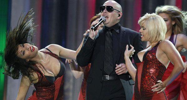 Pitbull kommt in die Stadthalle.