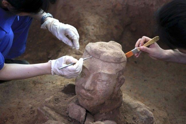 Archäologen finden auch tönerne Pferde, Waffen und Werkzeuge.
