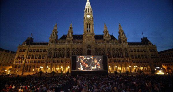 Am Rathausplatz lockt wieder die große Leinwand zum Film- und Musikvergnügen.
