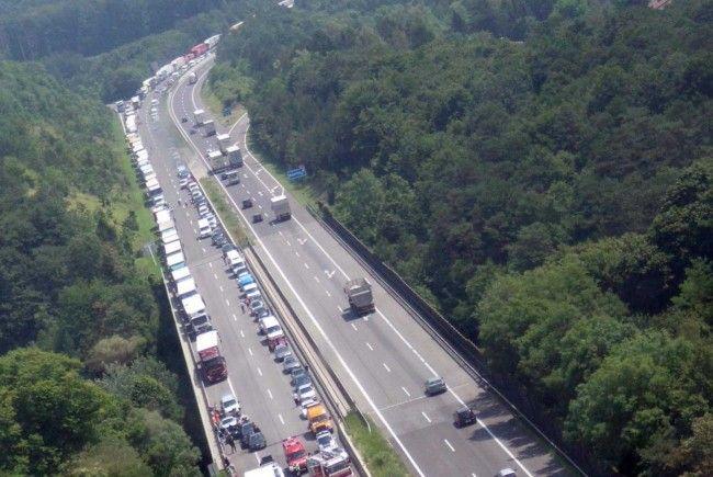 A21: Mehrstündige Sperre nach LKW Unfall bei Alland