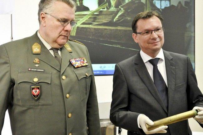 Norbert Darabos präsentiert die Ergebnisse der Untersuchung am Heldendenkmal.