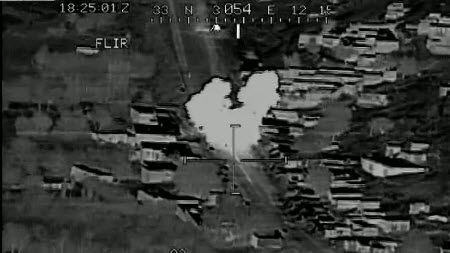 In dem Video ist zu sehen, wie der Pilot die Zielvorrichtung einer ein Kilogramm schweren Hellfire-Rakete auf einen Bauern ausrichtet - und währenddessen singt.