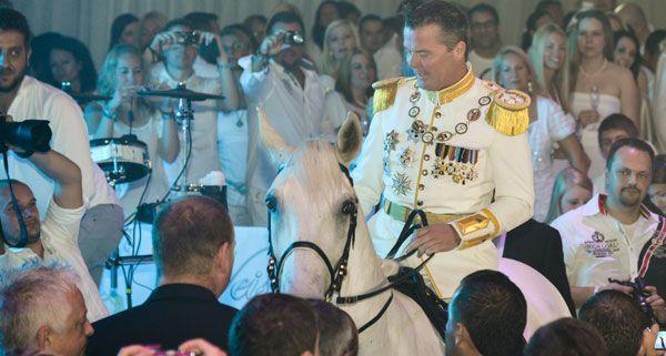 Der Prinz auf dem weißen Pferd - der Auftritt von Marcus von Anhalt beim Weissen Fest in Linz.