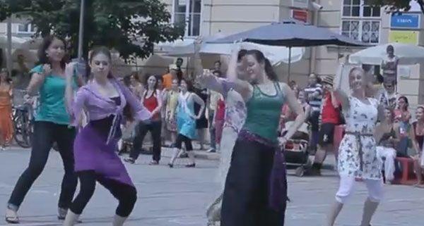 Zahlreiche Tänzer nahmen am Bollywood-Flashmob im MQ teil.