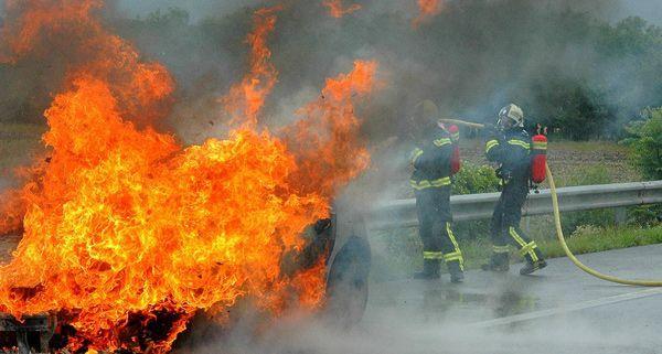 Der Pkw auf der A3 stand voll in Flammen.