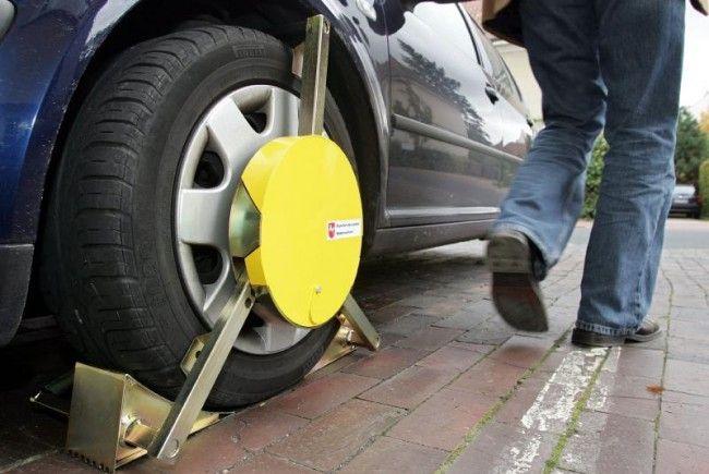 Das kann notorischen Falschparkern in Wien ab September passieren: die Parkkralle