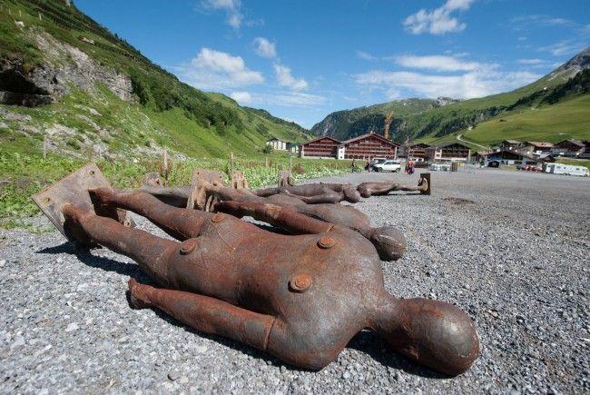 Am Mittwoch war es so weit: Der Abtransport der meisten der hundert Eisenskulpturen von Antony Gormley ist erfolgt. Sie werden in Zürs kurz zwischengelagert und kommen zurück nach England.
