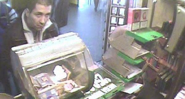 Dieser Mann wird wegen gewerbsmäßigen Betrugs mit präparierten Zigarettenstangen gesucht.