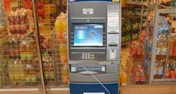 Mit einem Stahlseil wollten die Einbrecher den Bankomaten aus der Verankerung reißen.