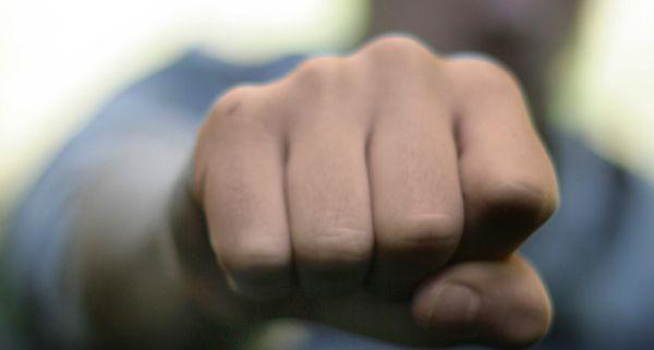 Der junge Mann wurde gewalttätig und schlug seiner Freundin ins Gesicht.