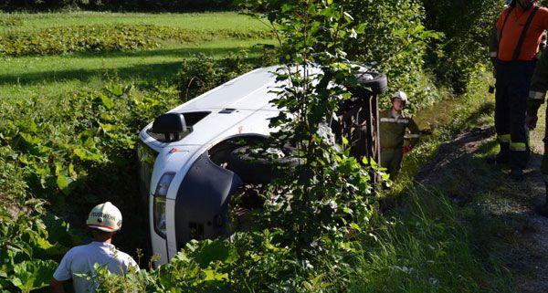 Bei einem Unfall am Mittwoch stürzte ein Kleinbus im Bezirk Baden in einen Bach.
