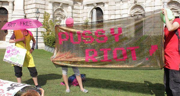 Pussy Riot-Sympatisanten versammelten sich vor dem Wiener Burgtheater.