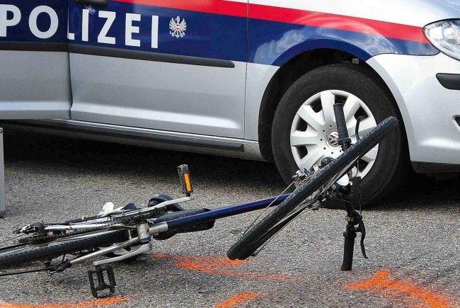 Eine Frau wurde bei einem Fahrradunfall verletzt.