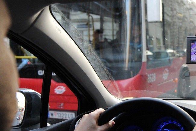 Da der Pkw-Lenker durch das Navi irritiert wurde, setzte er in Wien-landstraße sein Auto zurück und erfasste einen Fußgänger.