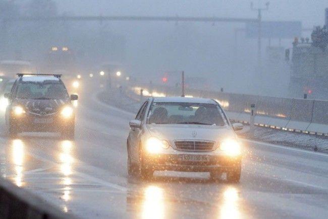 Winterwetter - Pkw und Lkw auf A2 bei Wiener Neustadt kollidiert