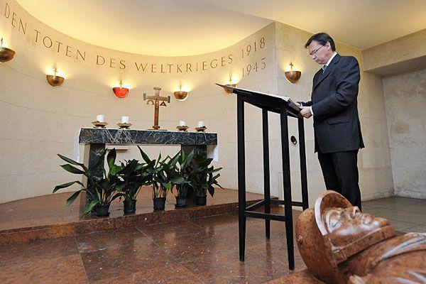 Darabos beim symbolischen Akt zur Umgestaltung der Krypta am Burgtor - nun soll es auch keine Kranzniederlegung mehr geben