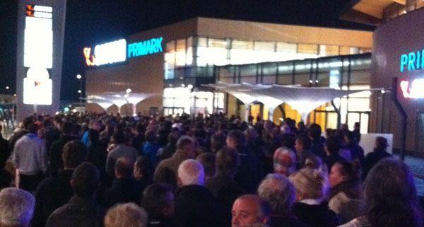 Vor dem neuen Einkaufszentrum bildeten sich um sechs Uhr in der Früh Warteschlangen.