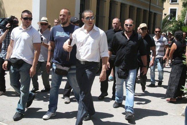 """Mitglieder der Rechtsradikalen griechischen Partei """"Goldene Morgenröte""""."""