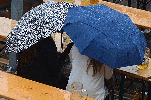 Mit dem Sitzen im Schanigarten ist es nun vorbei - Regen erwartet uns
