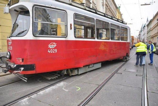 Unfall in Wien-Währing: Ein Lkw fuhr in eine Bim der Linie 41.