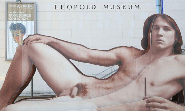 """""""nackte männer"""", neu im und vor dem Wiener Leopold Museum."""