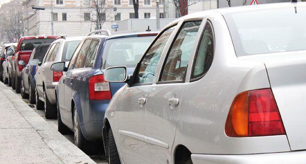 In engen Gassen auf beiden Seiten parken? Künftig kann es dafür Strafzettel geben.