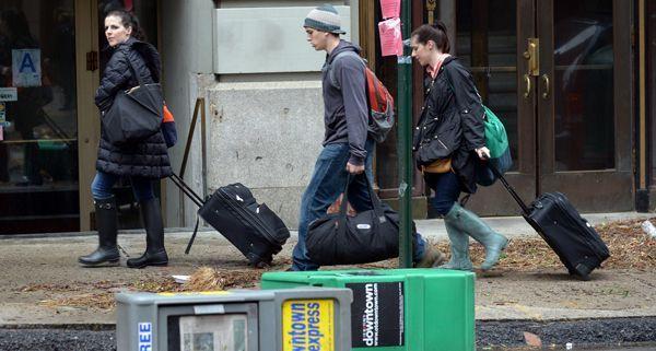 """Besonders New York hat der Sturm """"Sandy"""" hart getroffen, auch jetzt noch versuchen viele die Stadt zu verlassen."""