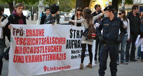 Anti-FPÖ-Demonstranten hatten sich am Mittwoch vor dem Wiener MQ versammelt.