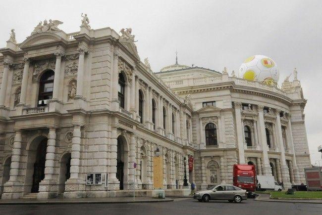 Während der Fußball-EM 2008 prangte ein Telekom Austria-Ball auf dem Wiener Burgtheater.