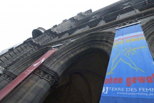 """Auf dem Rathaus wurde eine Fahne im Zeichen der Aktion !16 tage gegen Gewalt"""" gehisst."""