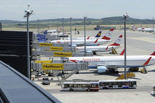 AUA-Maschine auf Flughafen Wien von Gepäckwagen beschädigt