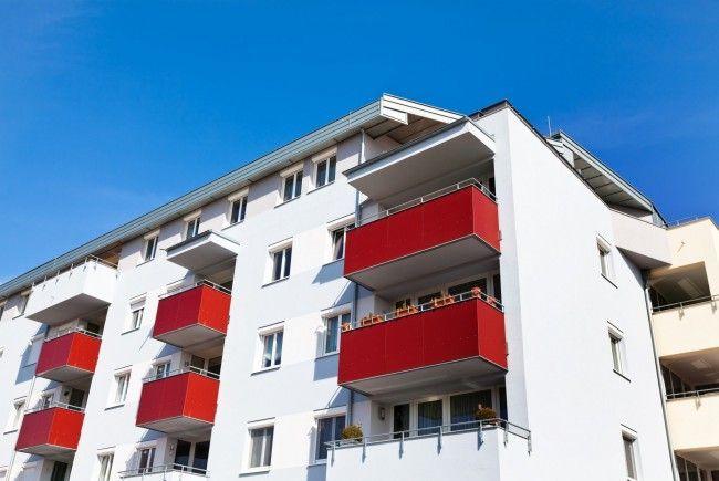 Ein kleiner Bub lief in Donaustadt auf den Balkon und stürzte kurz darauf hinunter