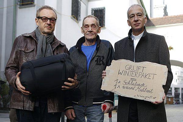 """Kabarettist Josef Hader, der von Obdachlosigkeit betroffene Rudi und Caritasdirektor Michael Landau bewerben die Aktion """"Gruft Winterpaket"""""""