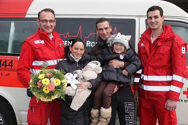 Nach der Wagen-Geburt ist die Freude groß: (v.l.:) Sanitäter Robert Deutschländer, Mama Sandra und der kleine Leon, Papa Andreas mit Schwesterchen Selina und Sanitäter David Glatter