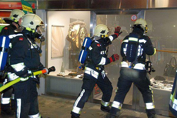 Die Feuerwehr musste die Tür der Boutique in Maria Enzersdorf aufbrechen, um den Brand zu löschen