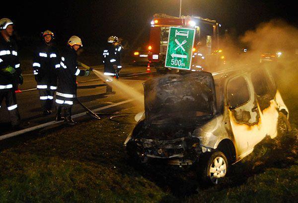 Im Bezirk Horn landete ein Wagen im Graben und stand in Flammen