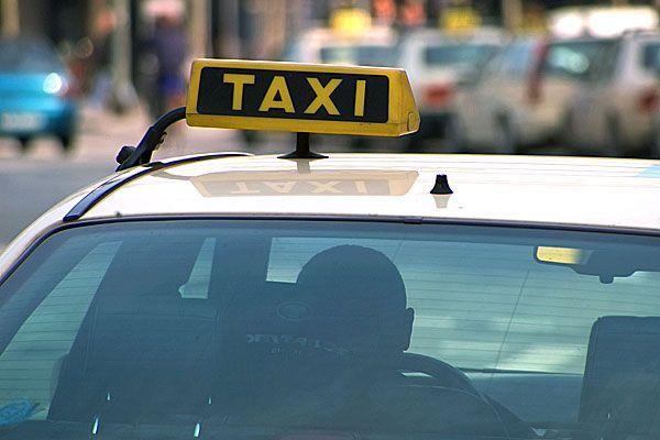 Ein Taxifahrer übersah in Neubau eine Fußgängerin und stieß sie nieder
