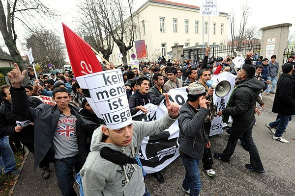Beim Flüchtlingsmarsch nach Wien gegen die Situation im Erstaufnahmezentrum Traiskirchen