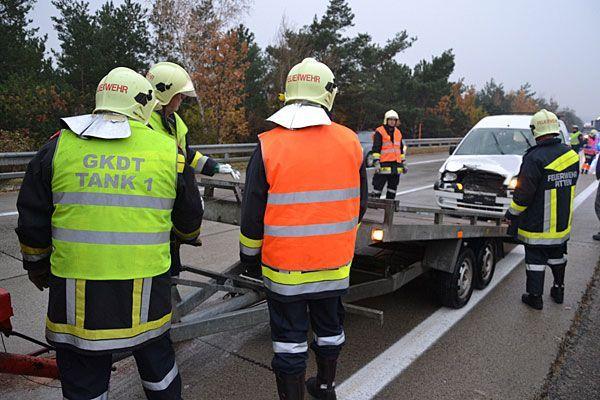 Die Feuerwehr bei der Fahrzeugbergung auf der A2 in Seebenstein