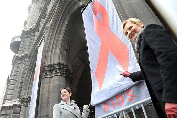 Zum Welt-AIDS-Tag ein großes Red Ribbon am Rathaus anzubringen, hat in Wien bereits Tradition