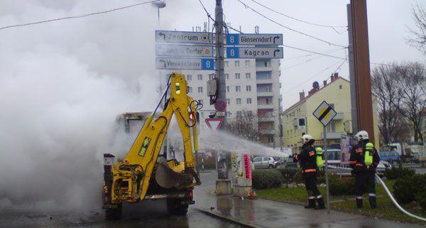 Auf der Wagramer Straße brannte am Freitagvormittag ein Bagger.
