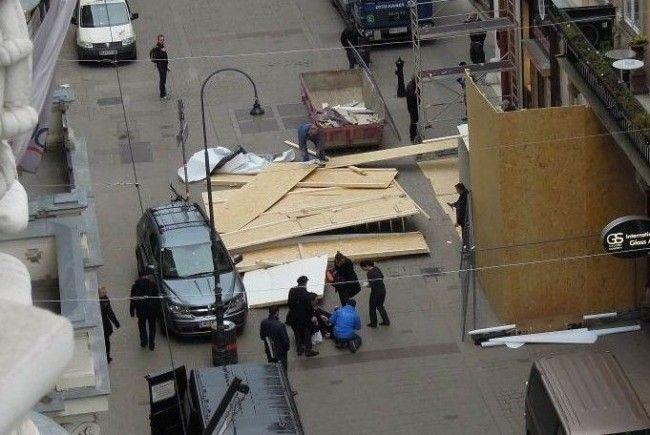 Am Mittwochvormittag stürzte ein Baugerüst in der Wiener Innenstadt auf einen Fußgänger.