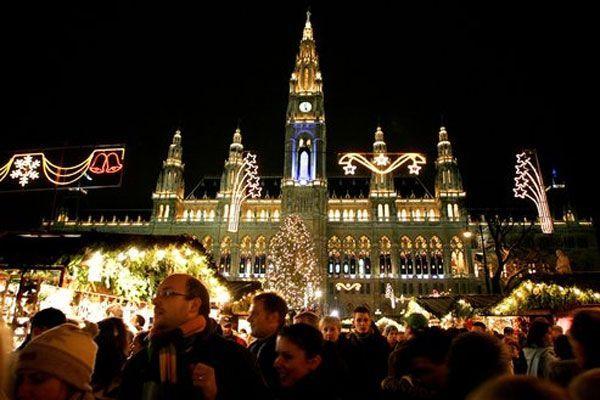 Der Christkindlmarkt am Rathausplatz öffnet.