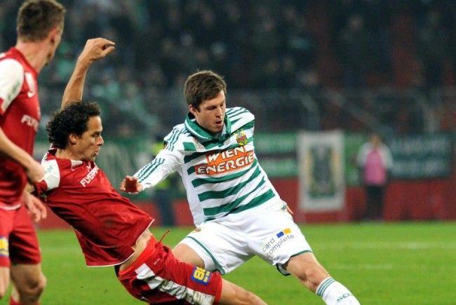 SK Rapid Wien gewinnt gegen Admira. Im Bild: Peter Pöllhuber gegen Deni Alar