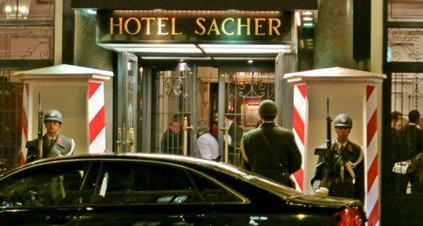 Am Mittwochabend zeigte sich vor dem Hotel Sacher ein eher ungewöhnliches Bild.