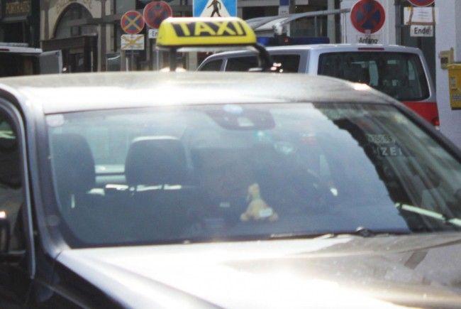 In der Nacht auf Dienstag wurde in Wien ein Fahrgast von einem Taxilenker überfallen.