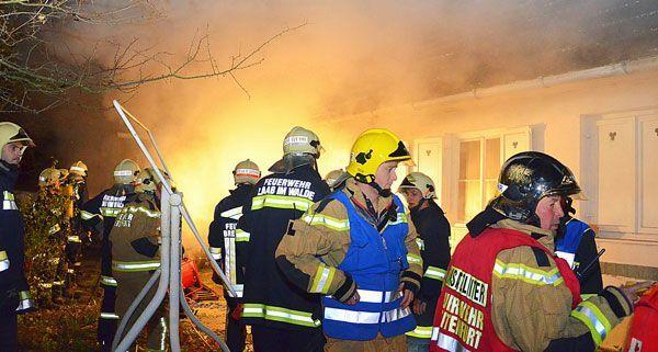 Aus einem brennenden Haus in Breitenfurt wurde am Donnerstagabend eine Frau gerettet.