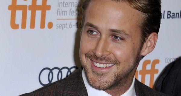 Ryan Gosling entspannt beim Stricken
