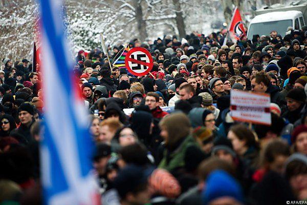 Tausende demonstrieren gegen rechte Gewalt